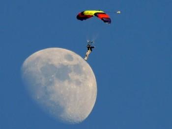 נוחת על הירח